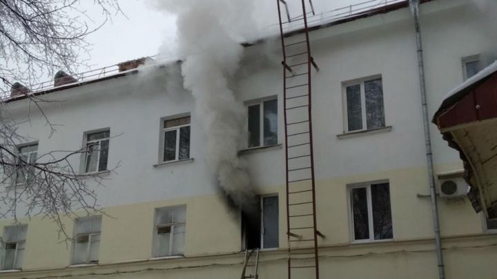 Пожарные спасли из горящей квартиры в центре Уфы четырехчеловек