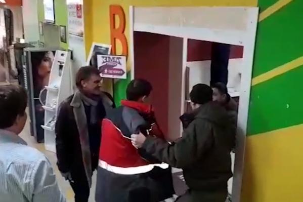 На видео Андрей Калетин выглядит уверенно и просит своих знакомых ударить чоповцев шокером