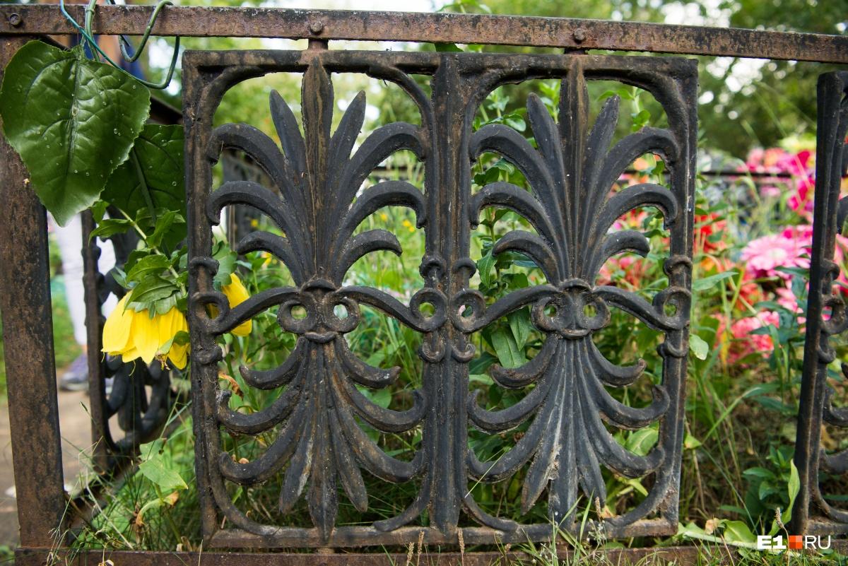 Некоторые каслинские ограды со временем начинают ржаветь, но это скорее исключение, чем правило