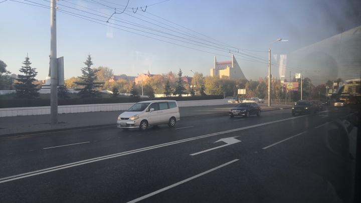 На пересечении улиц 10 лет Октября и Жукова дорогу в одном направлении расширили до четырёх полос