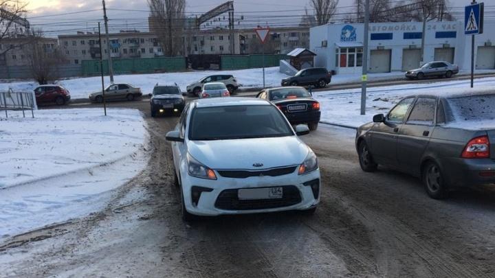 «Перекатился через капот и захромал»: в центре Волгограда иномарка сбила восьмилетнего мальчика
