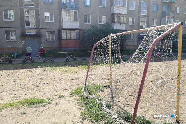 Футбольное поле не огорожено, и мяч периодически вылетает за его пределы
