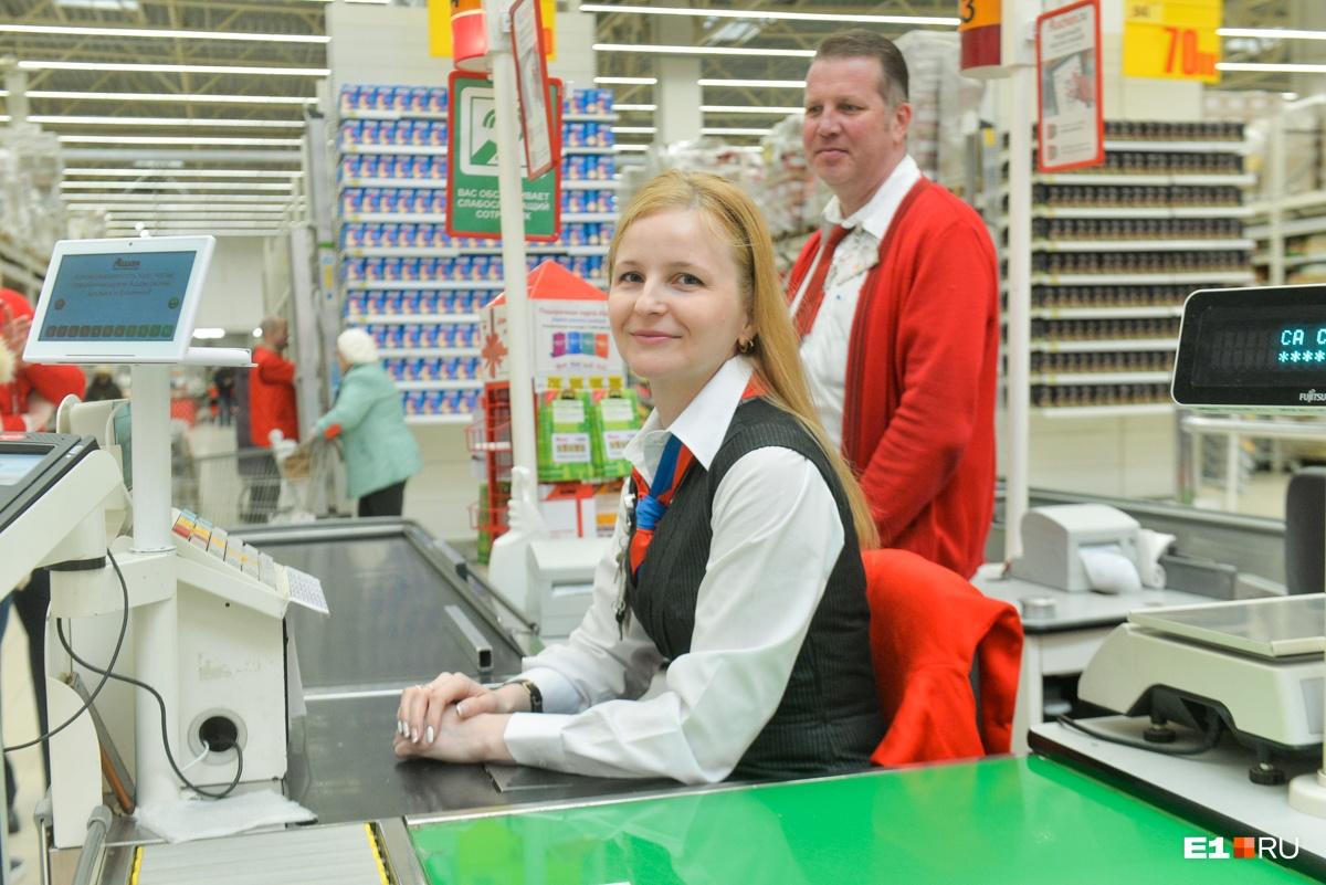 Марина мечтала работать на кассе ещё в детстве, раньше трудилась упаковщицей на мясокомбинате
