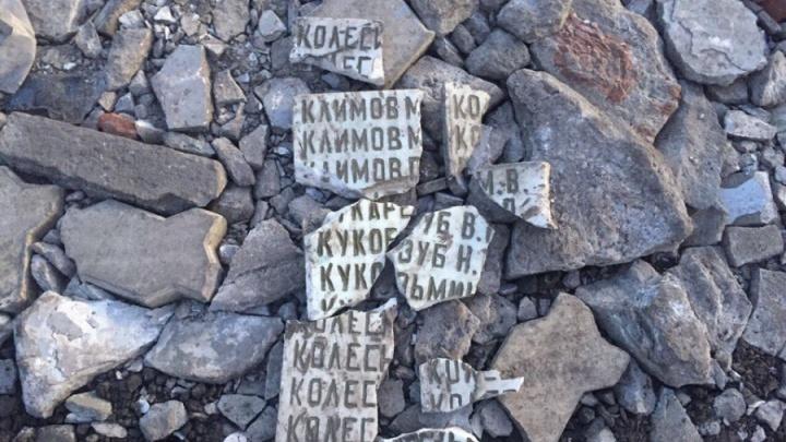 Администрацию омского поселка заподозрили в халатности из-за ямы, засыпанной осколками мемориальной плиты