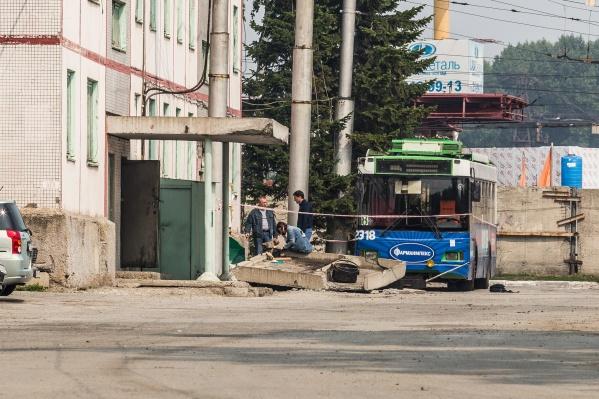 Место происшествия в Кировском троллейбусном депо оцеплено сигнальной лентой