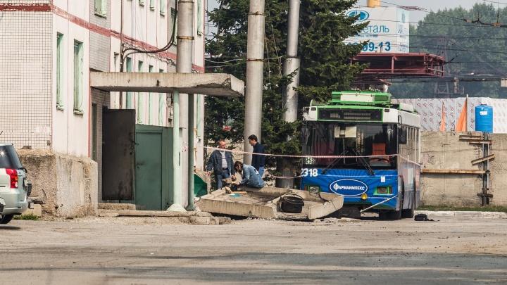 «Скорее всего случайно»: подробности происшествия в депо, где троллейбус уронил крыльцо