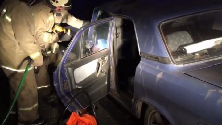 Водителя «Волги» зажало в машине после ДТП на проспекте Салавата Юлаева