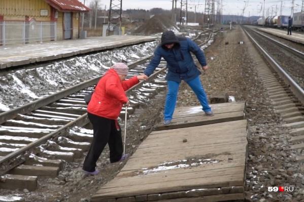 Поезда ходят почти каждые 10 минут, поэтому переходить лучше как можно быстрее. Если есть возможность