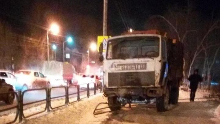 В Кургане мусоровоз сбил двух человек: женщина-пешеход погибла на месте