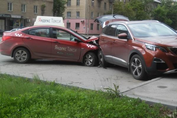 Легковушка снесла кроссовер, еще два автомобиля пострадали по «принципу домино»