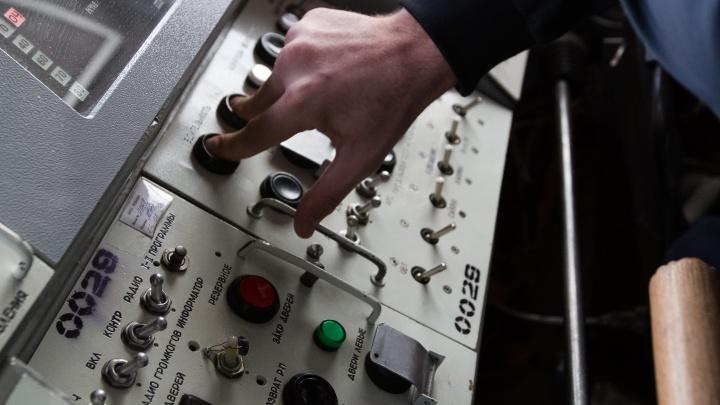«Сход состава и печальные последствия»: в метро отреагировали на ролик с девушкой в кабине машиниста