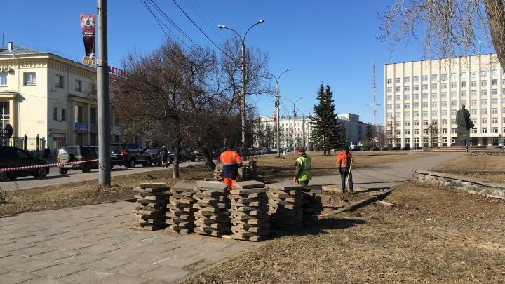 В Архангельске решили потратить два месяца на перекладывание плитки у Ленина