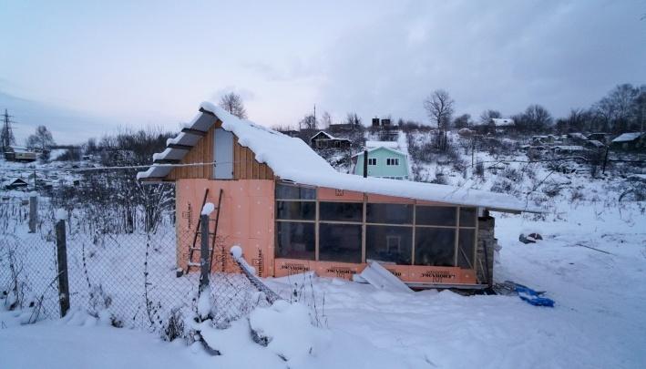 Многодетным пермякам, живущим в «домике из поддонов», дали 15 соток земли