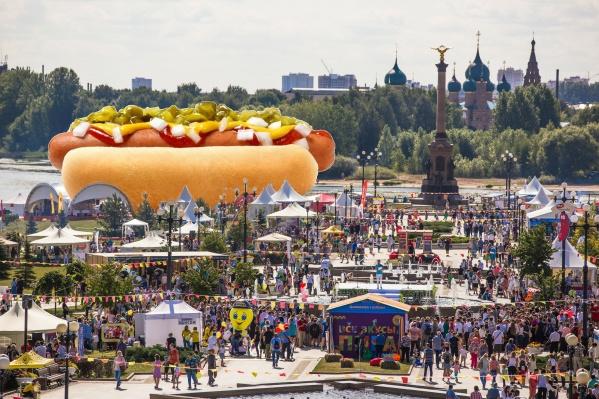 Ярославцы съели тысячи бургеров и сосисок