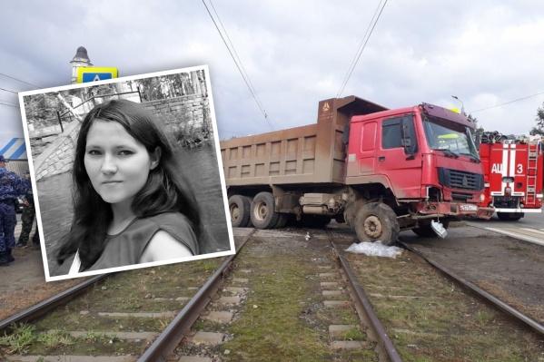 Анжела Белякова оказалась под колёсами Howo, когда ждала трамвай на остановке