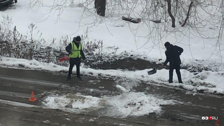 «Это что, новая технология?»: в Самаре яму на дороге «отремонтировали» снегом