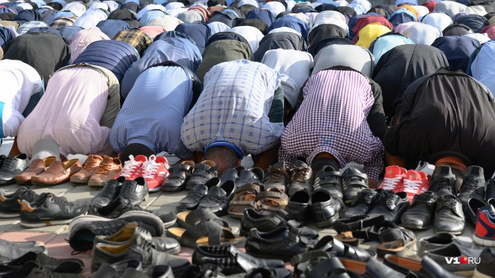 «Праздник жертвы»: в Волгограде тысячи мусульман отметили молитвами и пробками Курбан-байрам