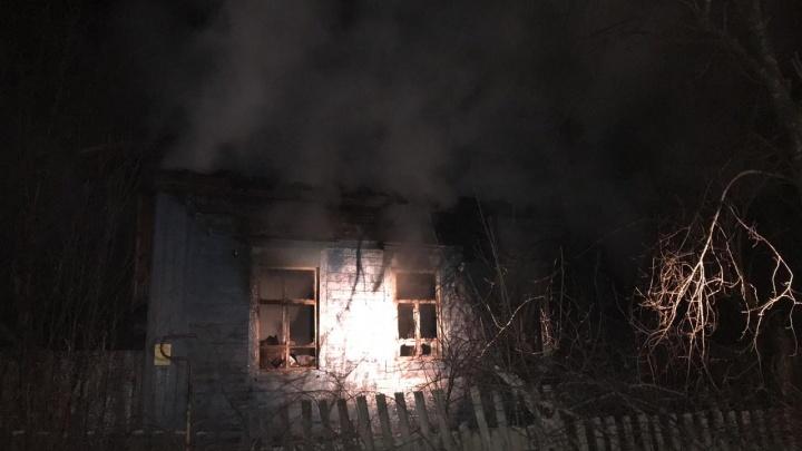 Обуглены крыша и стены: в Прикамье на пожаре в доме погиб мужчина