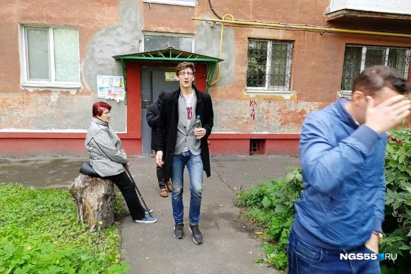 Сотрудника штаба Даниила Чебыкина ведут в машину, чтобы отвезти в следственный комитет