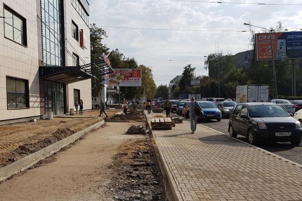 Вместо парковки теперь — тротуар, выложенный плиткой