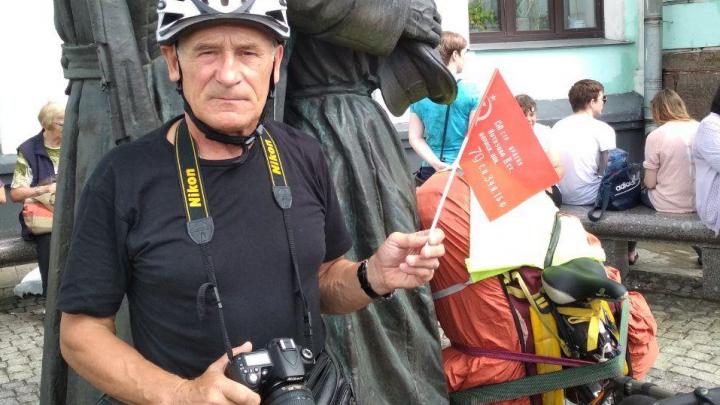 Пенсионер из Новосибирска объехал половину Европыс гармошкой и велосипедом