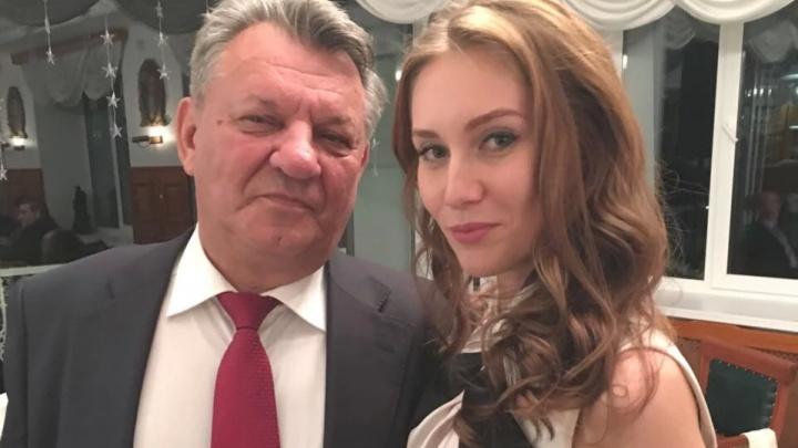 За премию 68-летнего экс-директора АНПЗ борется в суде его молодая жена. Рассказываем, кто она такая