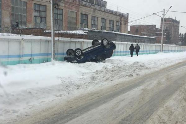 По словам очевидцев, на этом участке дороги есть колея