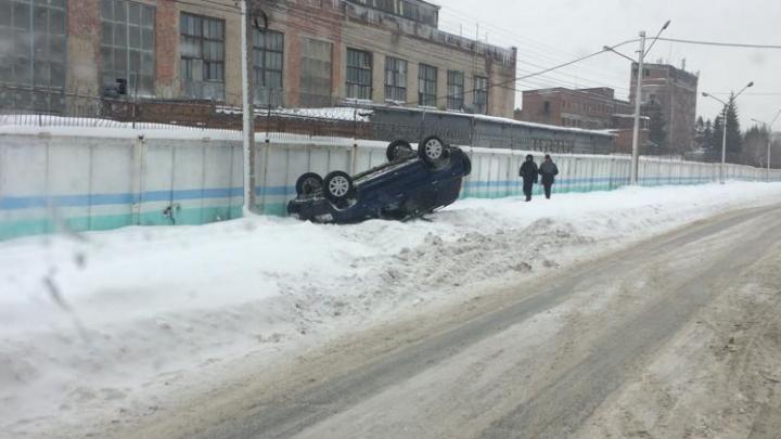«Хонда» перевернулась на крышу на улице со снежной колеёй