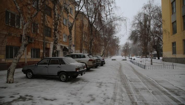 «Стало больше»: волгоградские водители не заметили дорожного «кирпича» на тротуаре в центре города