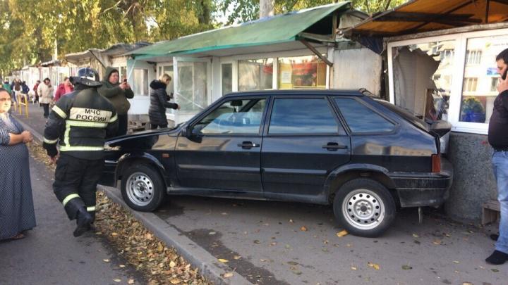 В Тольятти водитель «Лады» протаранил цветочный ларек