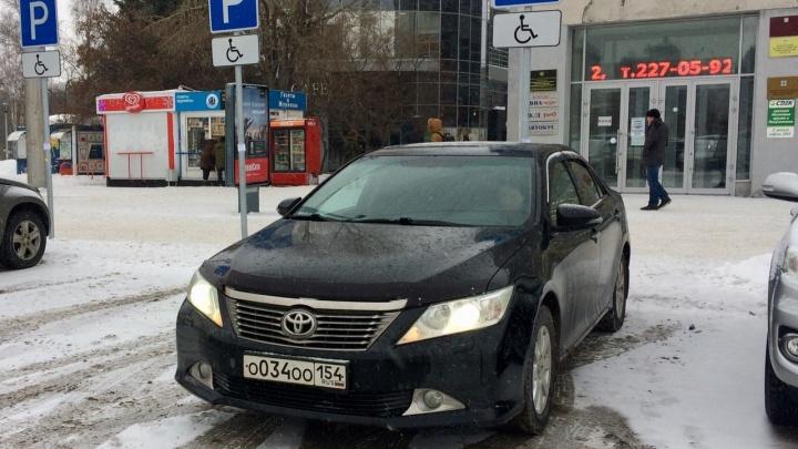 «Тойоту» областного правительства заметилина площади Ленина на парковке для инвалидов
