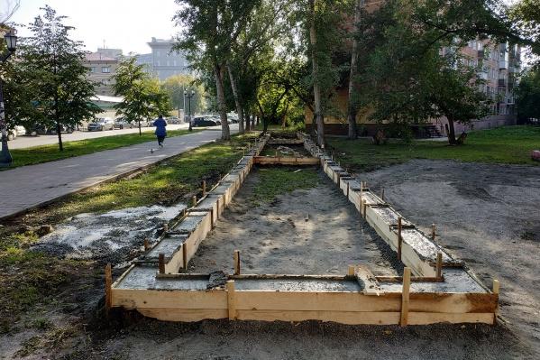 На газоне между деревьев недалеко от площади Калинина начали строить торговый ряд