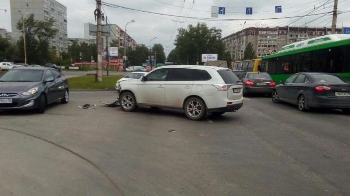На Юго-Западе водитель иномарки, протаранив Mitsubishi, скрылся с места аварии