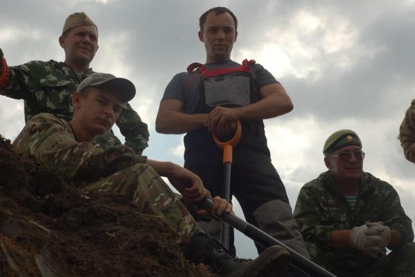 Участники поискового объединения ведут раскопки в местах боев