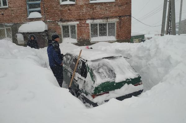 Водителям пришлось выкапывать свои автомобили из огромных сугробов