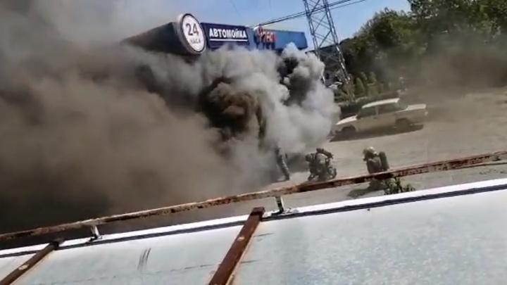 Из здания выходят огромные клубы дыма: на Уралмаше загорелся автоцентр