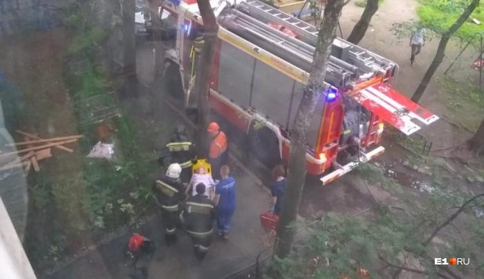 Пожарные вынесли пенсионерку на руках и передали медикам