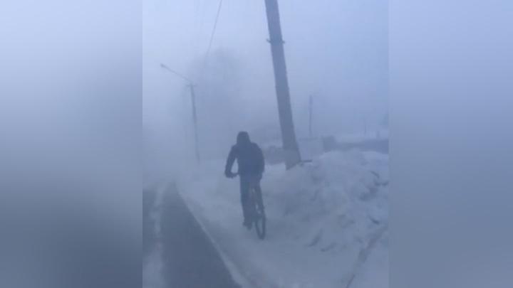 «Это к весне»: в Лесосибирске засняли велосипедиста в –45 градусов