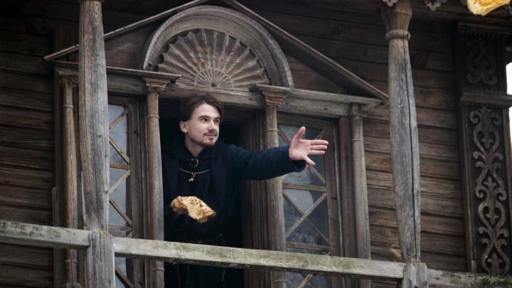 «Зажрались от недоумия и сытости»: соцсети обсуждают видео с нижегородцем, кидающим блины из музея