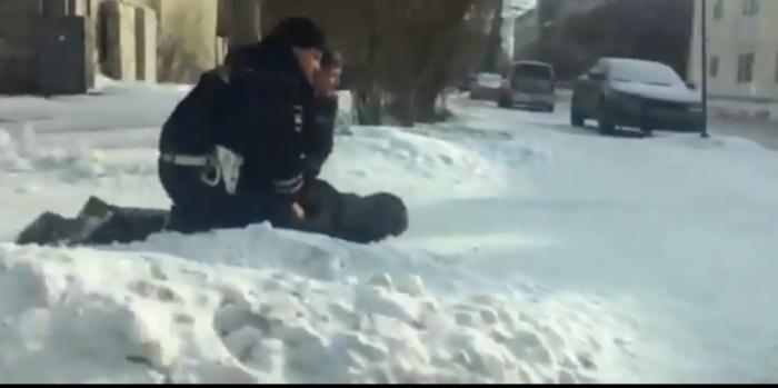 Водителя скрутили на тротуаре у перекрестка Академика Губкина —Инженеров