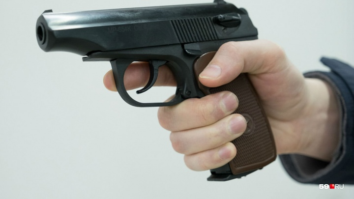 Житель Березников угрожал предметом, похожим на пистолет, в местной «Пятерочке»