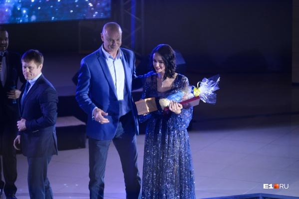 Ольга Глацких принимает поздравления на празднике по случаю своего 30-летия, которое она отметила с размахом