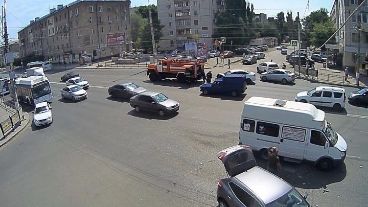 В Волгограде водитель-торопыга пошел на таран кроссовера: видео