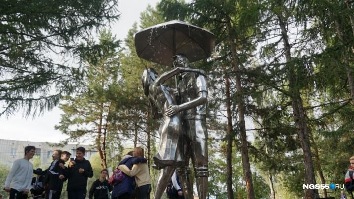 В мэрии рассказали, куда делась скульптура влюблённых из сквера Молодожёнов