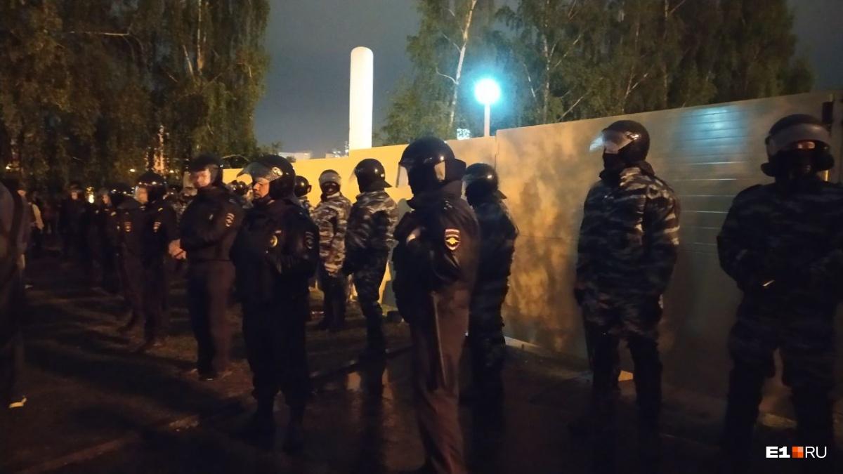 На четвертую ночь протестов бойцы ОМОНа смогли расслабиться. Обстановка оказалась спокойной