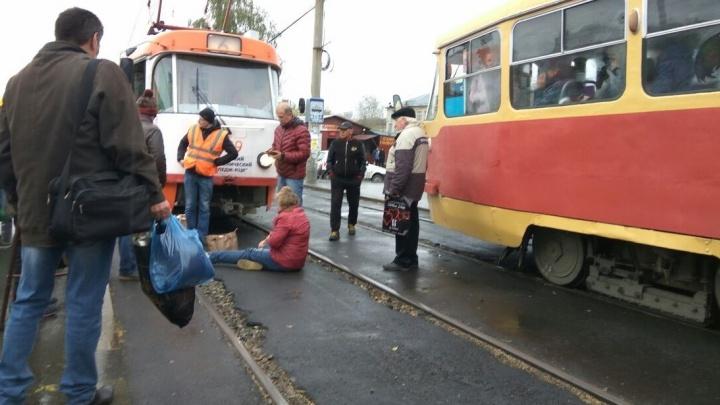 """Трамвай сбил женщину на остановке """"Верх-Исетский рынок"""""""