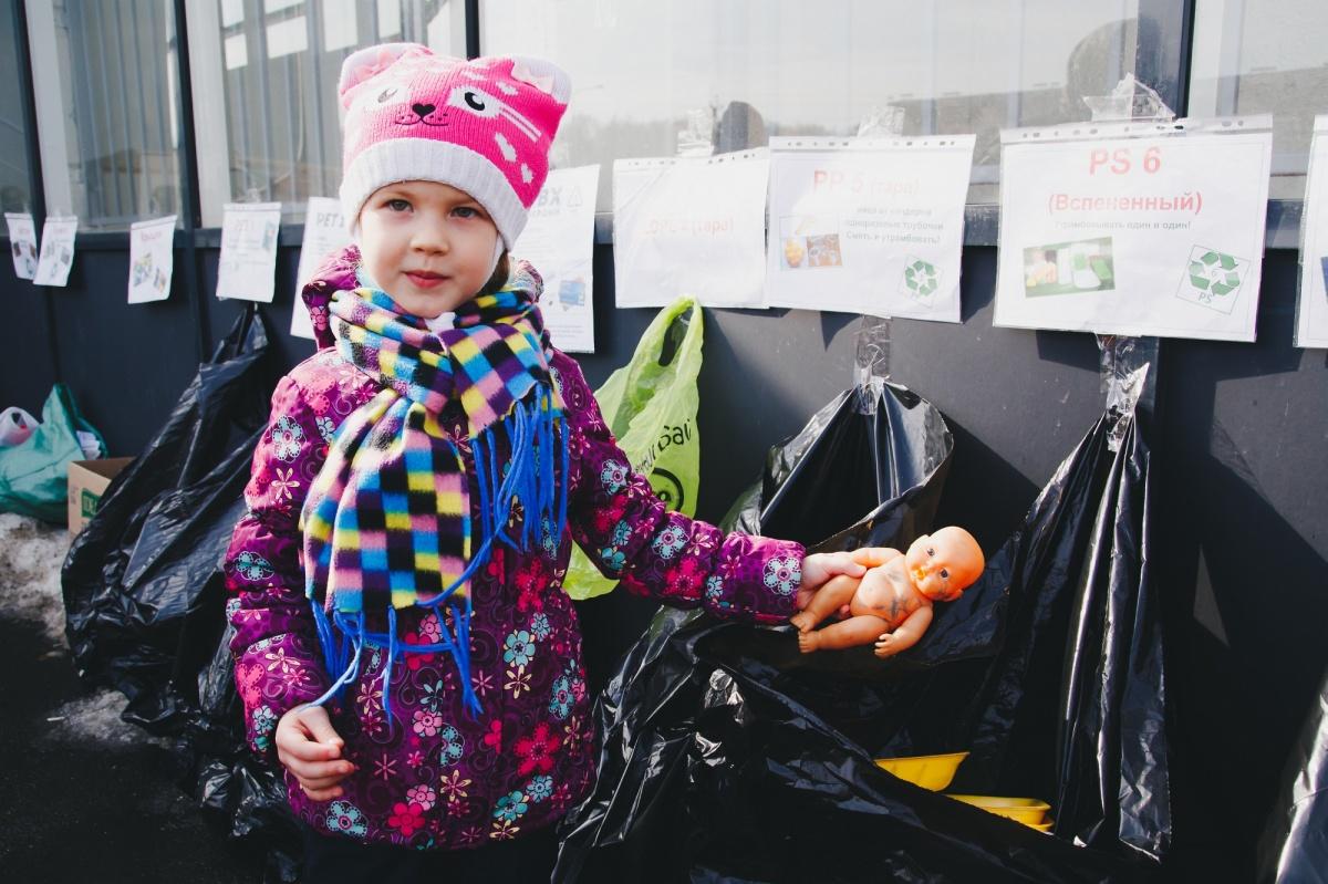 Даже самые маленькие жители экорайона знают, как собирать мусор раздельно