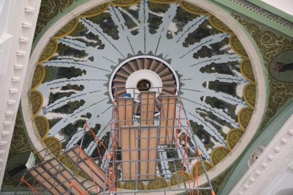 Художники реставрируют роспись купола в фойе