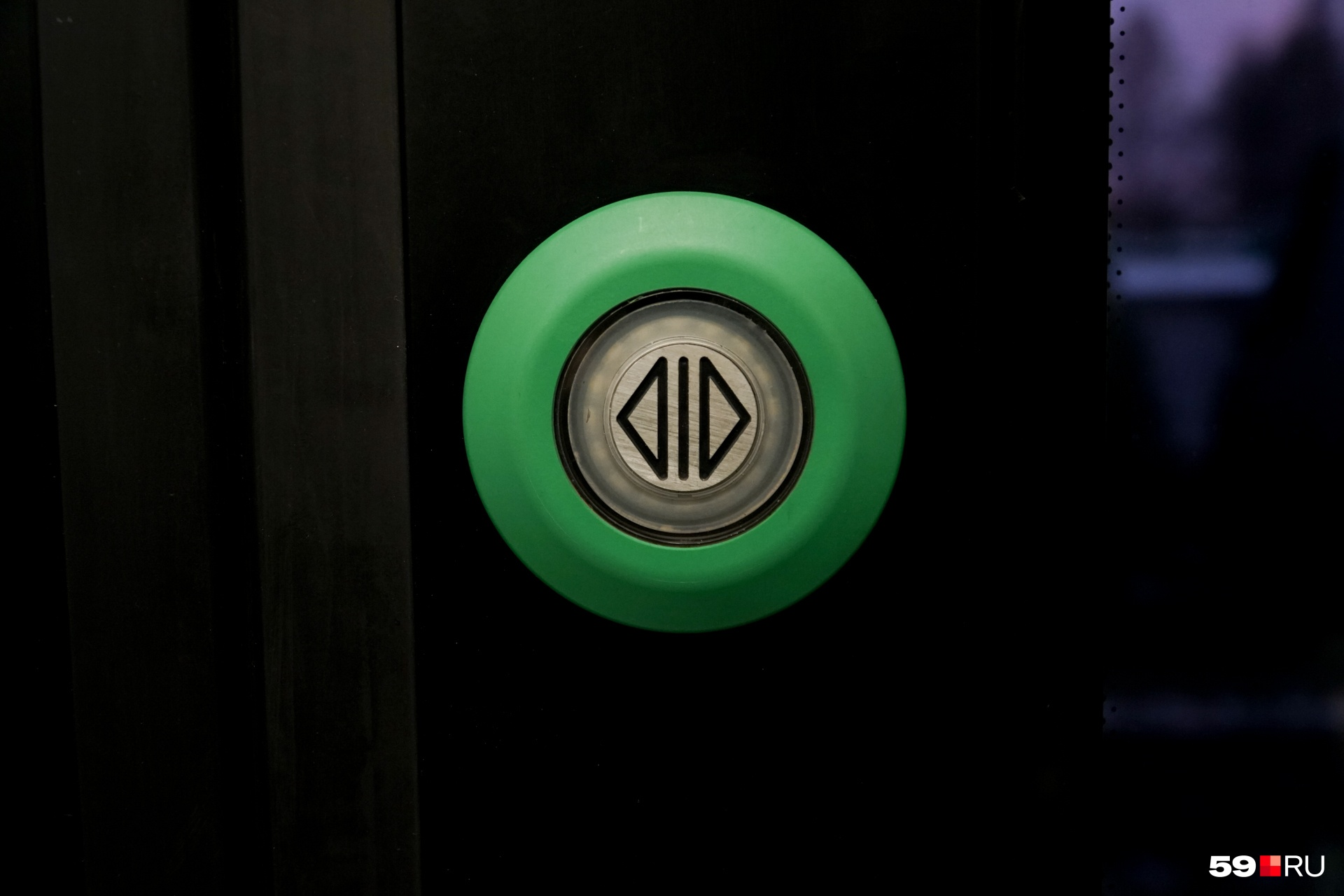 В городских трамваях кнопку нажимают сами пассажиры, а в «Ласточке» — проводники