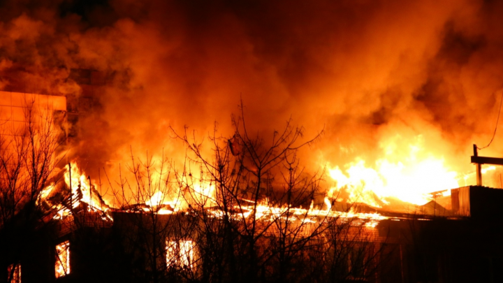 Снова пламя! Самарцы сняли на видео увеличение пожара около «Колизея»